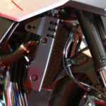 ラジエターコアプロテクター。色はBlack Oxideで、車両全体のたたずまいを崩さないよう溶け込んでいる。