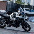 自動運転バイクはライダーのスキル向上を阻むのか?【BMWの解答は……】