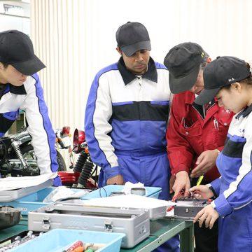二輪整備士を目指す若者たち