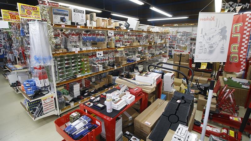 ストレート埼玉店の店内には用品・工具がずらり