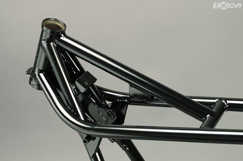 ステアリングヘッドパイプの内側は直圧ブラストによってサビは完全除去
