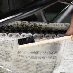 ヤマルーブのドライブチェーンクリーナーには使いやすい専用ブラシが付属