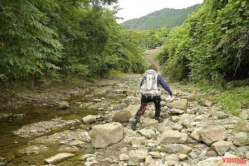 地蔵堂の滝へ川を遡る