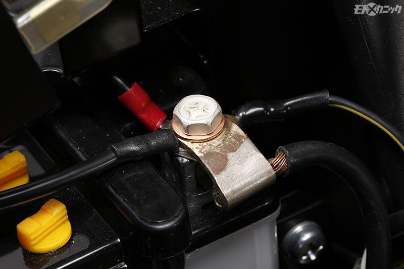バッテリーに抵抗なく戻すターミナルボルト使用時