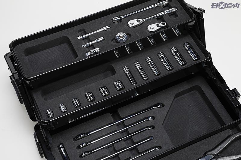 工具がピッタリ収まるウレタントレイに、外したビスなどを入れられるポケットがある