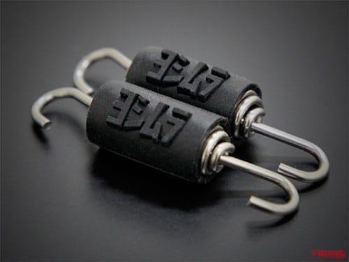 マフラースプリングの共振音防止ラバーにヨシムラのロゴを配置。