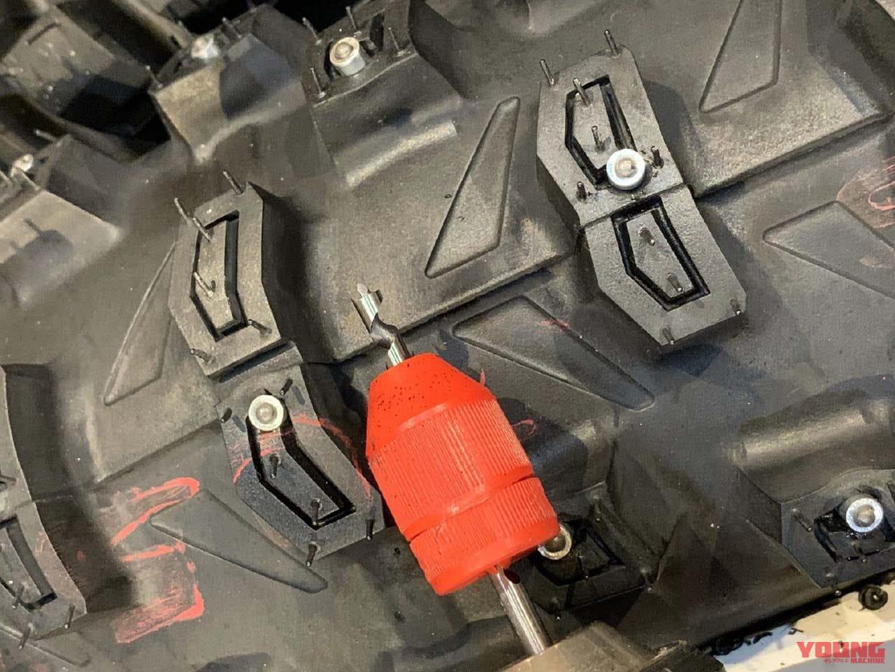 ドリルで穴をあけてスパイクタイヤを自作