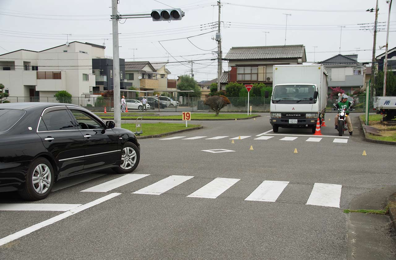 開催が続く埼玉県の高校生向けバイク講習【右直と出合い頭事故の状況をコース上に再現】